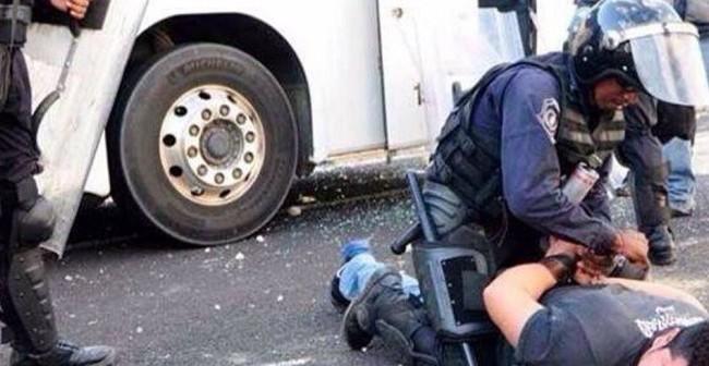brutalidad-policiaca-vs-Ayotzinapa-702x336